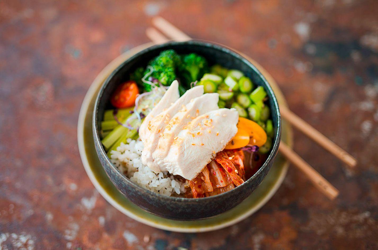 Poke-Bowl mit Hähnchenbrust und Kimchi